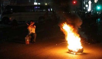 Cruz, cruz que se vaya la policía y que venga el magisterio. Fotoes.mx