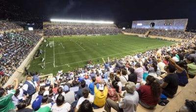 Aficionados disfrutando del partido Alebrijes vs Pumas en el nuevo Estadio. Foto: Cortesía