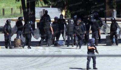 Policías federales y estatales, listos para disparar. Fotoes.mx